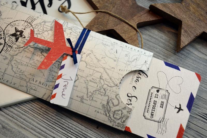 HONEYMOON - Invito a tema viaggio, con ciondolo a forma di aereo.